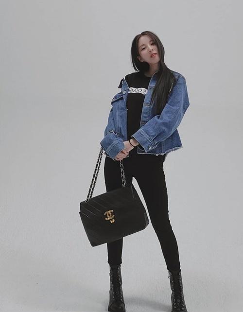 Cô nàng Seo Hyun trẻ trung, sành điệu với chiếc túi Chanel.