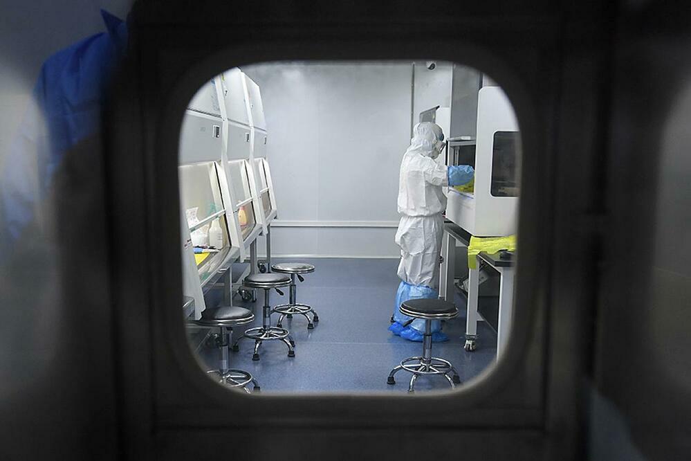 Một kỹ thuật viên tại phòng thí nghiệm virus ở Vũ Hán, Trung Quốc hôm 13/2. Ảnh: AFP.