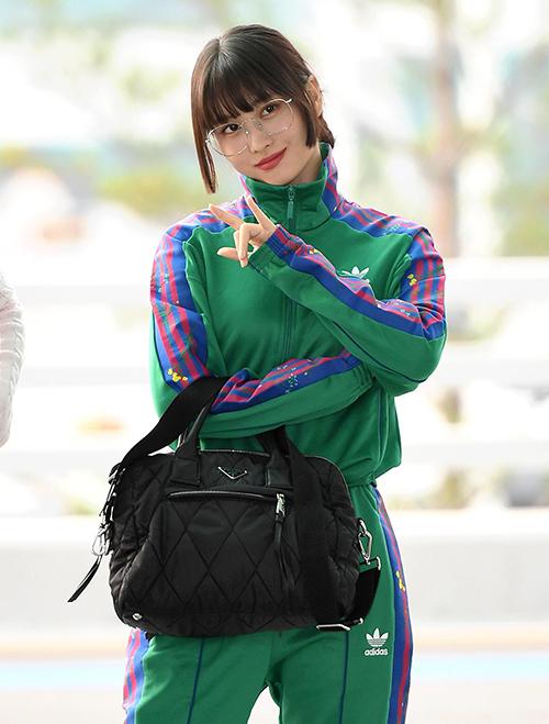 Các thành viên Twice thường chọn phong cách nữ tính, nhẹ nhàng ra sân bay, còn Momo chuộng phong cách vintage khác biệt. Những set đồ thể thao giúp cô trông như vừa bước ra từ bộ phim Reply 1988.