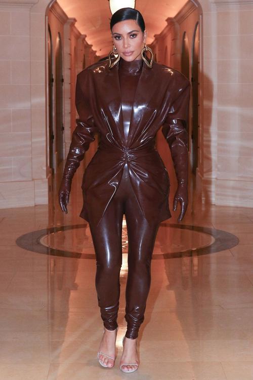 Thích khoe đường cong đồng hồ cát nên Kim Kardashian gắn bó với kiểu trang phục bó siêu sát, thường làm từ chất liệu latex hay nhựa dẻo để có độ ôm.