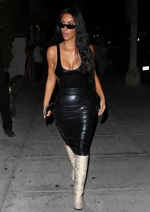 Trong tủ đồ, Kim Kardashian có cả trăm bộ với phong cách này nhằm tôn ngực đầy, eo thon và mông cong triệt để.