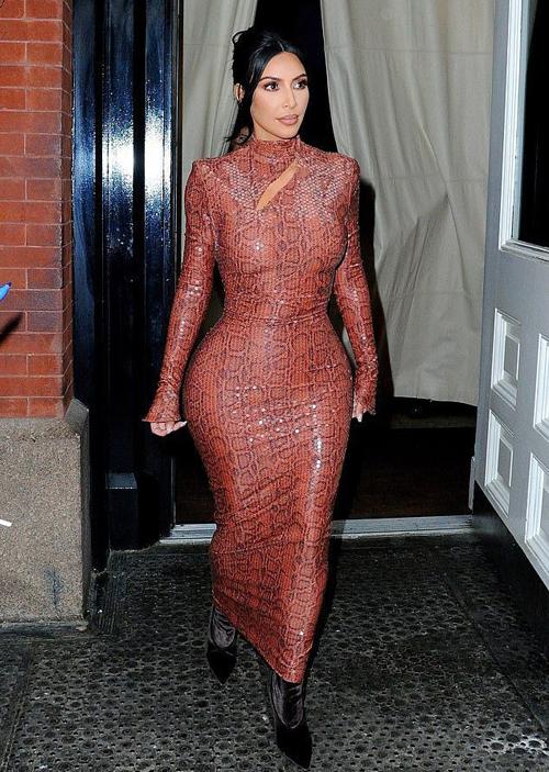 Tuy nhiên trang phục quá bó phản tác dụng vì làm Kim trông thiếu cân đối. Nhiều người nhận xét trông khó thở dù chỉ nhìn cô mặc kiểu đồ này.