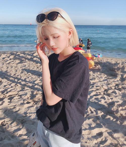 Tóc bob mái dài hợp với những cô nàng theo đuổi phong cách girl crush cá tính, giúp khoe trọn vẹn đường nét gương mặt. Đây cũng là kiểu tóc làm nên thương hiệu của So Yeon (G)I-DLE.