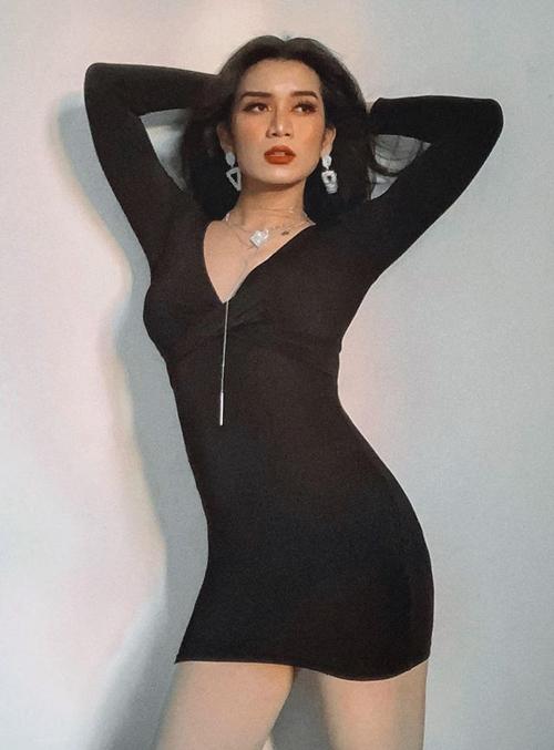 BB Trần tự tin mặc váy ôm sát khoe đường cong chẳng kém các cô gái.