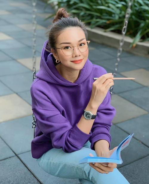 Thanh Hằng trông trẻ trung như sinh viên với chiếc áo hoodie tím lịm.