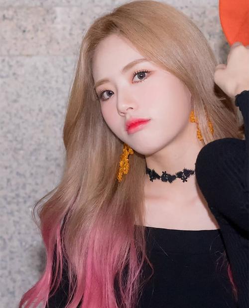 Dù hot đã lâu, tóc ombre vẫn chưa hạ nhiệt trong Kbiz. Ji Won (Fromis_9) trông sành điệu với tóc vàng đuôi hồng.