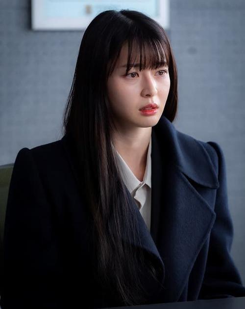 Tóc suôn thẳng màu trầm cũng là kiểu tóc gắn bó với Kwon Nara trong bộ phim hot Itaewon Class, giúp cô khoe vẻ đẹp nhẹ nhàng, thanh lịch.