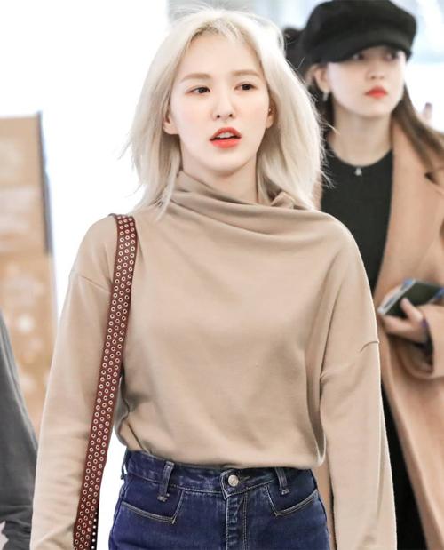 Wendy đầy hiện đại với tóc ngắn mái dài, nhuộm tông bạch kim tôn lên làn da trắng.