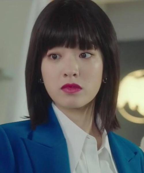 Dù chỉ là tuyến vai phụ, cô đầu bếp Ma Hyun Yi được yêu thích không kém vai chính trong Itaewon Class. Với vẻ đẹp đậm chất unisex, nữ diễn viên Lee Joo Young dễ dàng thể hiện vai nữ thần chuyển giới. Tuy nhiên, nhan sắc của Hyun Yi trong những tập đầu được đánh giá cao bao nhiêu thì đến gần cuối, cô lại bị stylist hại bấy nhiêu. Kiểu tóc giả mái ngố nặng nề khiến Hyun Yi bị chê lên chê xuống.