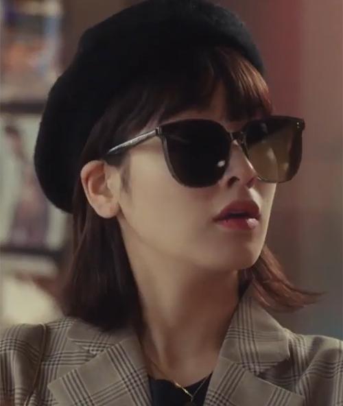 Kết hợp cùng các kiểu mũ beret, Hyun Yi trông đầy trẻ trung và thần thái, khác hẳn vẻ già dặn như bà cô trước đó.