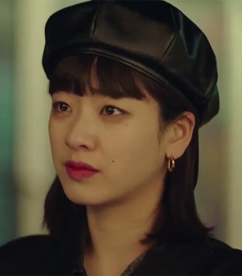 Đến tập cuối của bộ phim, dung mạo của nữ thần chuyển giới đã được cứu. Vẫn kiểu tóc lob mái ngố, tuy nhiên khi stylist cho cô nàng vén tóc sau vành tai, nhan sắc của Hyun Yi cũng thăng hạng hơn hẳn.