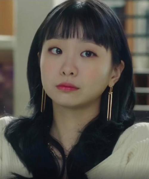 Khi để tóc dài, Yi Seo cũng vén tóc sau tai, bất chấp điều đó sẽ khiến cô lộ toàn bộ gương mặt tròn xoe.