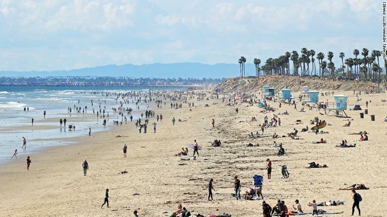 Bãi biển Huntington, California ngày 21/3, sau khi Thống đốc bang tuyên bố lệnh phong tỏa.