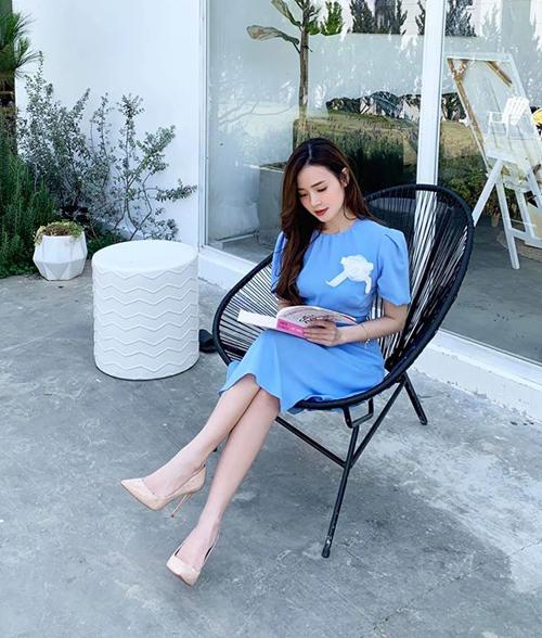 Midu khoe ngồi đọc sách giúp cô quên hết chuyện thế sự.