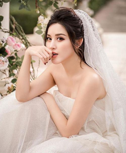 Huyền My khoe vẻ gợi cảm khi diện váy cưới.
