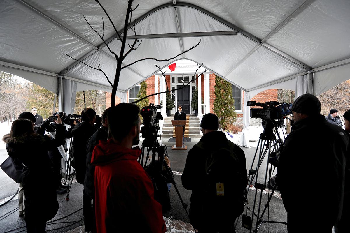 Thủ tướng Justin Trudeau phát biểu trước các phương tiện truyền thông trước cửa nhà vào tuần trước. Ảnh: Reuters.