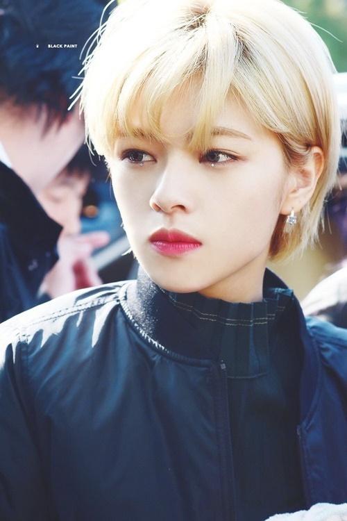 Jeong Yeon nổi tiếng với mái tóc ngắn, nhuộm vàng thuở mới debut. Cô được khen như đốn tim fan nữ bằng vẻ đẹp trai -  hình tượng giống nam chính trong manga Nhật.