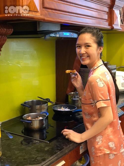 Từ khi lập gia đình, Hà Anh hứng thú với chuyện bếp núc. Trước đó, cô chỉ biết úp mì tôm nhưng mọi thứ thay đổi 180 độ khi về nhà chồng. Cô thích tìm hiểu công thức nấu nướng, làm những món khó và có niềm đam mê với công việc đứng bếp.