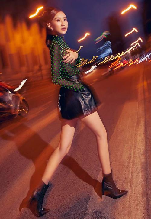 Trong bộ ảnh xuống phố mới đây, chân dài Hà Thu diện bộ trang phục cá tính với áo xuyên thấu của