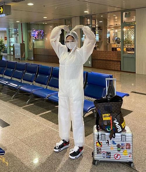 Miu Lê mặc đồ bảo hộ để đảm bảo an toàn khi ra sân bay trong mùa dịch.