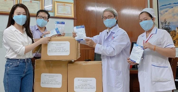 Hồng Loan (bìa phải) trao tặng khẩu trang.