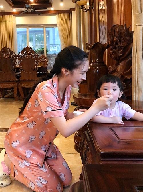 Nghỉ học ở nhà, Hà Anh dành tối đa thời gian bên Đậu - con gái cô. Hàng ngày, cô chơi cùng, dạy con học và nấu cho bé những món ăn giàu chất dinh dưỡng, tăng cường sức đề kháng mùa dịch. Cùng con khám phá nhiều điều ở giai đoạn tập đi và ăn thô rất tuyệt, cô chia sẻ.