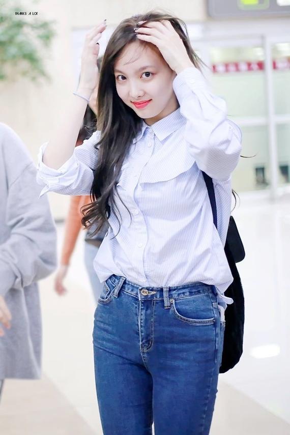 Chỉ diện áo sơ mi cùng quần jeans giản dị, Na Yeon vẫn đủ sức hớp hồn người hâm mộ nhờ visual tỏa sáng, gần gũi như bạn gái nhà bên.
