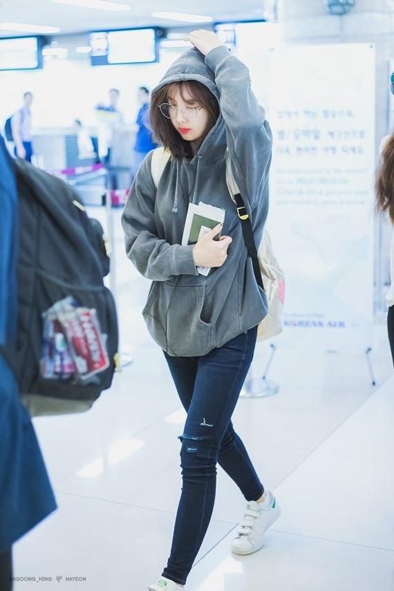 Trong chiếc áo hoodie thoải mái, Na Yeon được fan ví với cô sinh viên muộn giờ vào lớp.