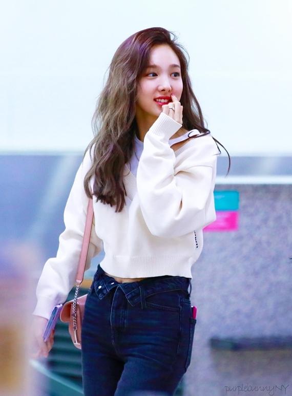 Nhiều netizen cho rằng dù không phải fan, họ vẫn lưu ảnh Na Yeon về điện thoại để học hỏi tip mix đồ của cô nàng nhờ sự đơn giản, không cầu kỳ và phù hợp với vóc dáng cơ thể.