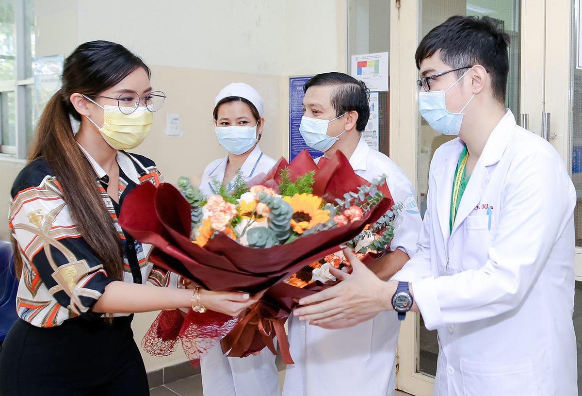 Tiên Nguyễn tặng hoa, cảm ơn các bác sĩ trước khi xuất viện.