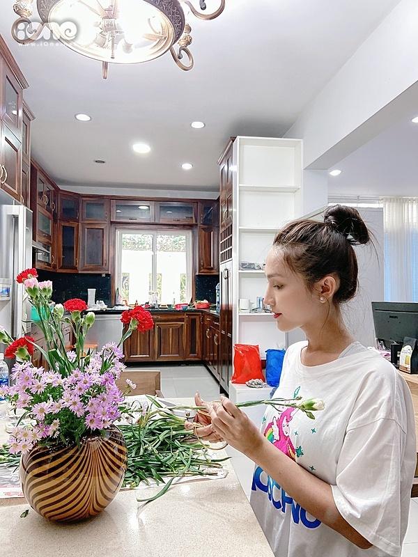 Hoài Sa cặm cụi cắt tỉa hoa để trang hoàng cho ngôi nhà của mình.