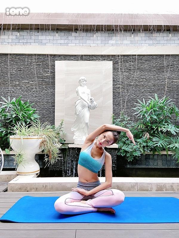Hoài Sa tự tập thể dục tại nhà. Cô nói đây là cách khiến cơ thể không bị ì ạch, tăng cân. Tập thể dục cũng là để tăng cường sức đề kháng mùa dịch, cô cho hay.