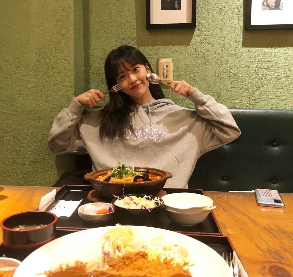 Ahn Yu Jin tay dao tay nĩa đầy hào hứng trước khi đánh chén.