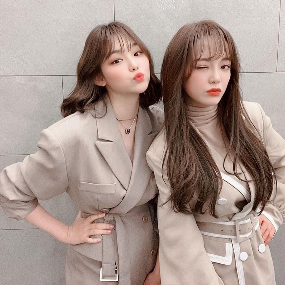 Kang Mina (trái) và Kim Se Jeong diện ton sur ton đọ thần thái.