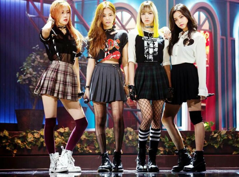 Cũng như nhiều girlgroup khác, Black Pink có một thời gắn bó với đồng phục nữ sinh. Tuy nhiên girlgroup nhà YG không diện theo cách xinh xắn thông thường mà biến tấu thành đồ đầy cá tính, nổi loạn.