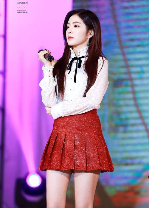 Thay vì biến tấu nhiều về kiểu dáng, Red Velvet ưu tiên những gam màu nổi, đặc biệt là tông đỏ khi diện đồng phục.