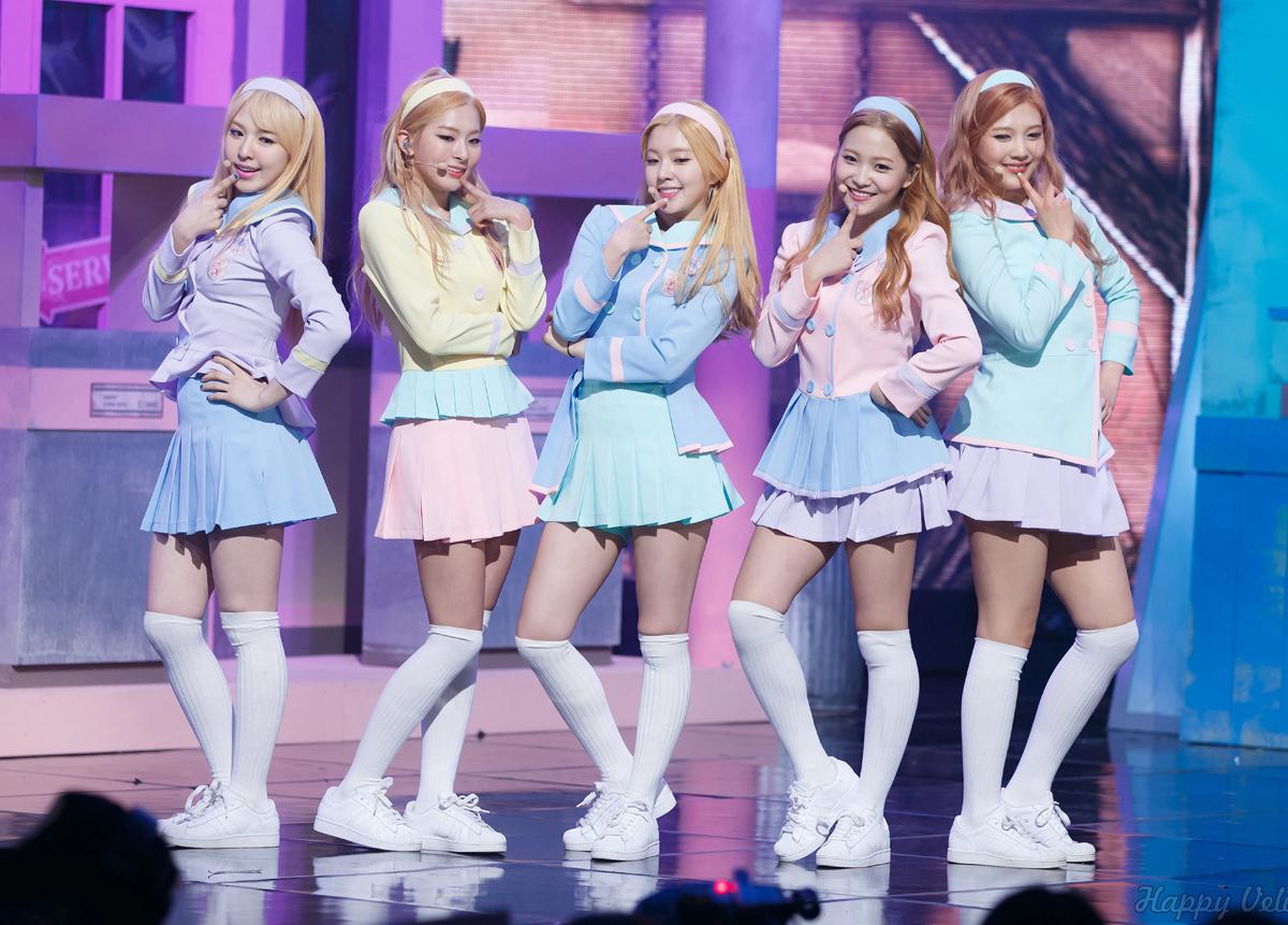 Dù hiện tại không còn diện đồng phục nhiều, đồ nữ sinh từng là style gắn bó với Red Velvet trong thời kỳ đầu mới debut. Các cô gái nhà SM chuộng phong cách ngọt ngào, đáng yêu.