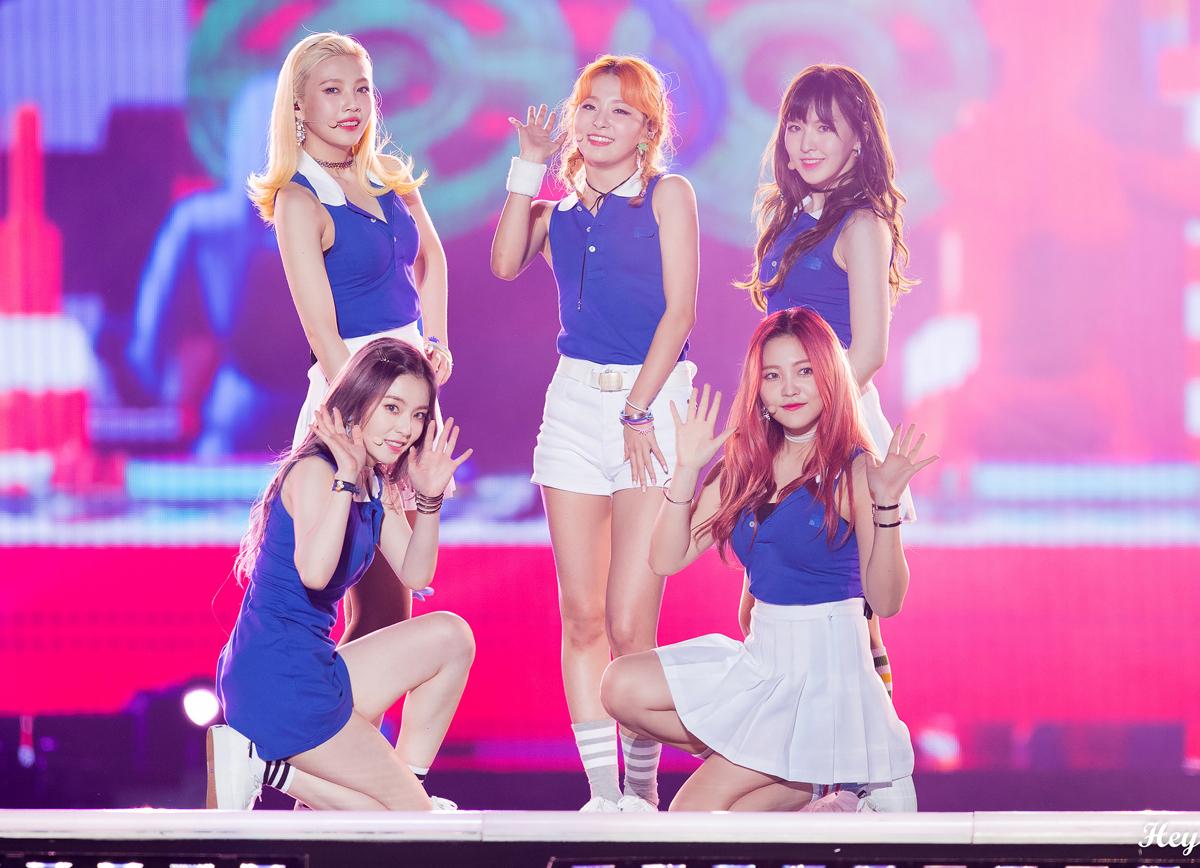 Phong cách mà Red Velvet hướng đến là những cô nữ sinh năng động, đậm chất sporty với chân váy xếp ly, áo polo không tay, tất cao đến bắp chân...