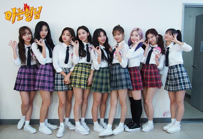 Đồng phục nữ sinh là kiểu đồ diễn yêu thích nhiều năm nay của Twice. 9 cô gái bám khá sát với thời trang học đường của các cô gái bình thường, với những món đồ đặc trưng như sơ mi trắng, chân váy xếp ly, áo gilet len...