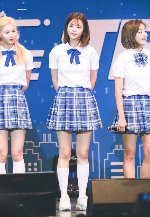 Bằng việc diện đồ nữ sinh đơn giản nhất có thể, nhiều set đồ của Twice không bị lỗi mốt theo thời gian. Cả nhóm cũng thích mặc theo phong cách giống hệt nhau thay vì biến tấu cho từng thành viên.