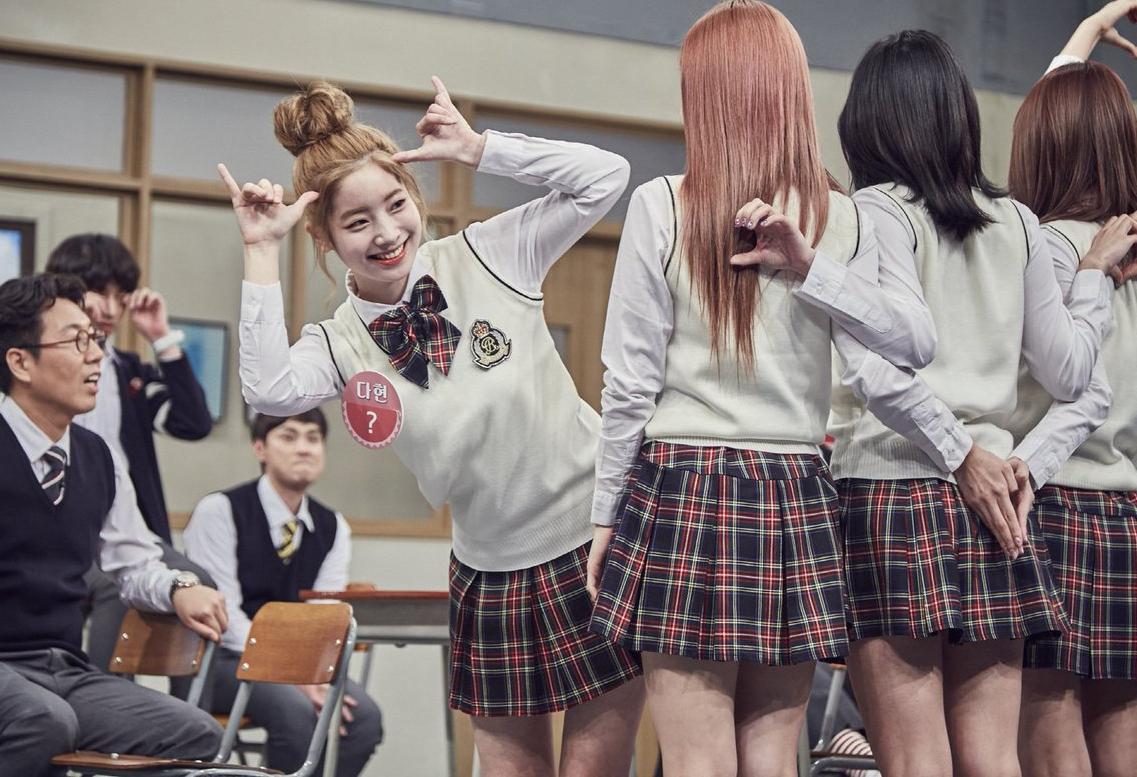 Khi diện đồng phục, Twice không biến tấu nhiều. Cả nhóm trông trẻ trung với những set đồ cơ bản, làm điệu bằng những item như cà vạt, nơ cổ...