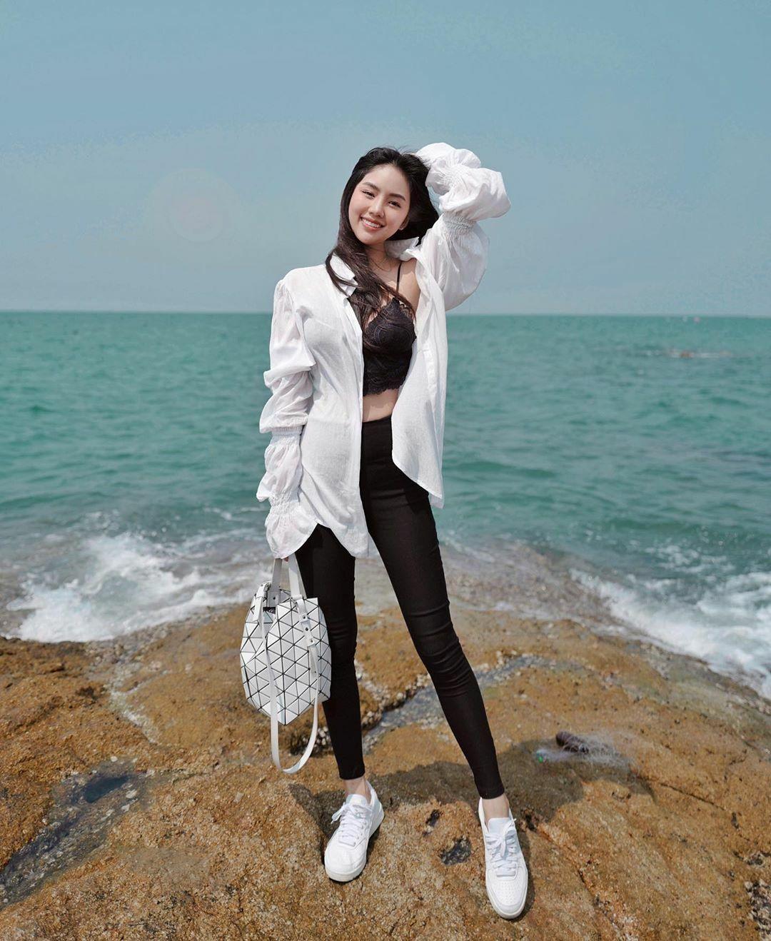 Không chỉ có gương mặt xinh đẹp, nàng rich kid còn có thân hình mảnh mai, đôi chân dài như người mẫu.
