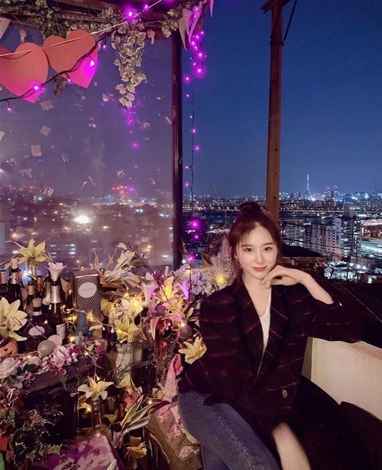 Chae Yeon (IZONE) đi ăn với các thành viên trong nhóm với view rất đẹp.
