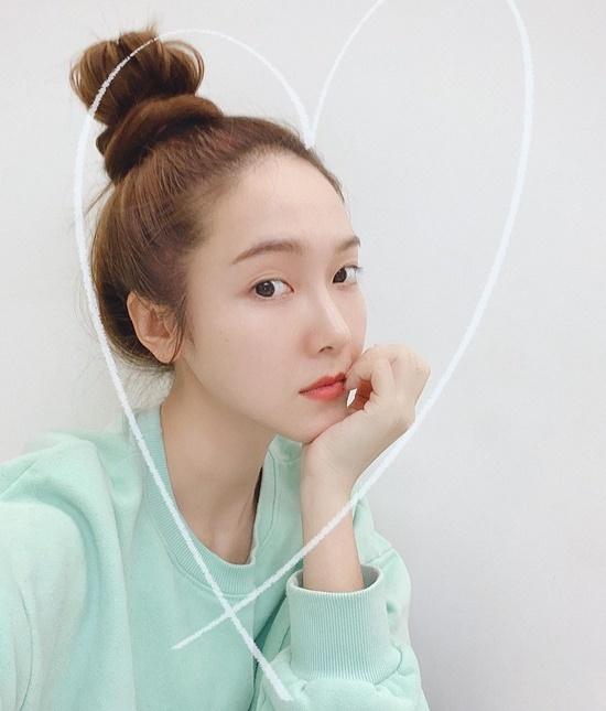 Jessica búi tóc củ hành đáng yêu khi ở nhà tránh dịch.