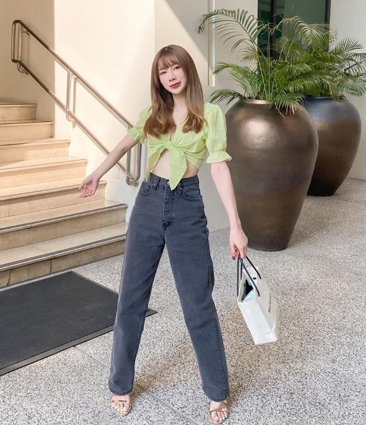 Để không bị dìm chiều cao, nàng beauty blogger thích kết hợp combo croptop cùng quần cạp cao và sandals cao gót giúp đôi chân thêm dài.