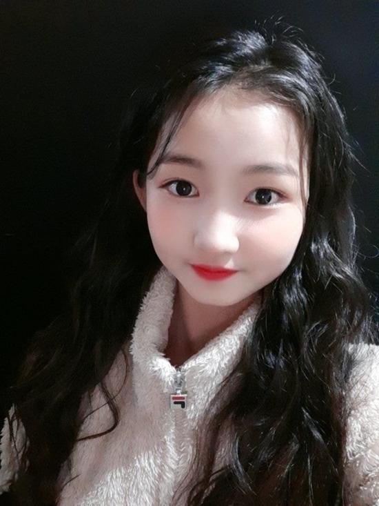 So với những idol từng debut ở độ tuổi 14,15, Minji có ngoại hình trẻ con hơn hẳn.