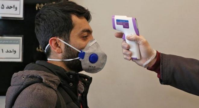 Kiểm tra thân nhiệt tại một tòa nhà ở thủ đô Tehran, Iran hôm 4/3. Ảnh: AFP.