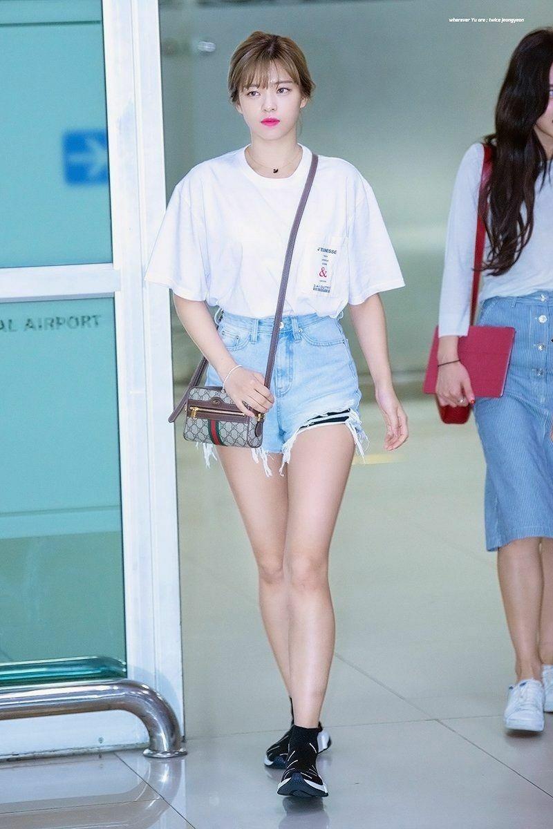 Tủ đồ không gì ngoài áo tee trắng và đen của Jeong Yeon được phối với rất nhiều item khác nhau như: áo khoác jean, quần yếm, skinny, short jeans, blazer.