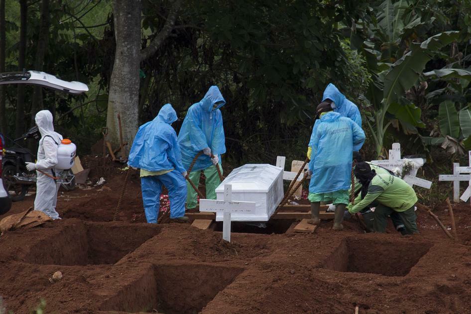 Nhân viên nghĩa trang chôn cất một nạn nhân qua đời vì Covid-19 ở Jakarta, Indonesia ngày 7/4. Ảnh: AP.
