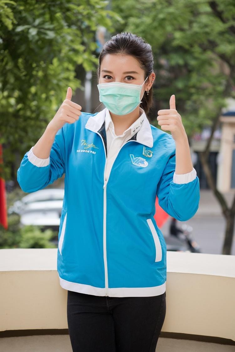 Huyền My tham gia hoạt động Hà Nội nghĩa tình, phát 8.000 suất ăn mỗi ngày nhằm tiếp sức cho sinh viên, công nhân và những người gặp khó khăn trong dịch. Cô có mặt từ sớm, đeo khẩu trang, mặc áo đồng phục.